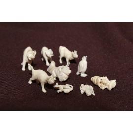 Neuf sujets miniatures en os animaux