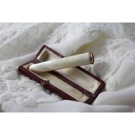 Fume-cigarette en nacre massif et monture en vermeil avec son étui en cuir fin 19ème siècle