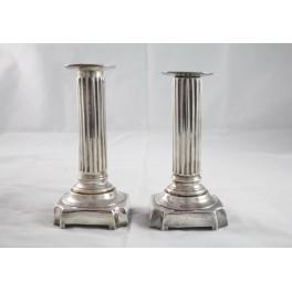 Paire de bougeoirs style Louis XVI en métal argenté
