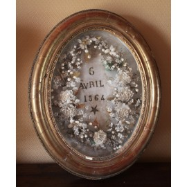 Cadre ovale en bois doré et décor de fleurs en tissus daté 6 avril 1864