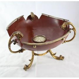 Coupe chantournée en tôle laquée rouge et monture tripode en bronze doré époque 19ème siècle