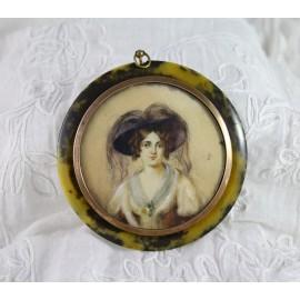 Miniature ronde sur ivoire 'Portrait d'élégante au chapeau' 19ème siècle